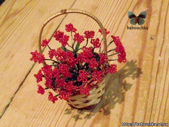 Цветы из бисера в корзинке.